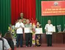 Đồng chí Đào Hùng Quang trao Huy hiệu đảng cho đảng viên và thăm tặng quà dịp 27/7