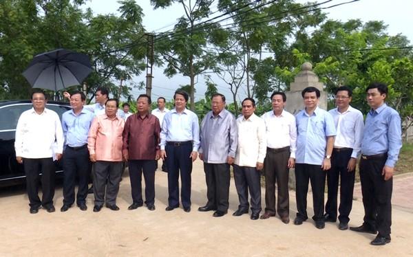 Tổng Bí thư, Chủ tịch nước CHDCND Lào Bun-nhăng Vo-la-chít và Đoàn đại biểu cấp cao nước CHDCND Lào thăm xã Nông thôn mới Vĩnh Lại