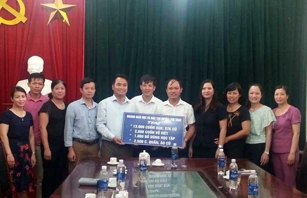 Trao tặng sách vở, đồ dùng học tập cho học sinh vùng lũ lụt huyện Tân Sơn